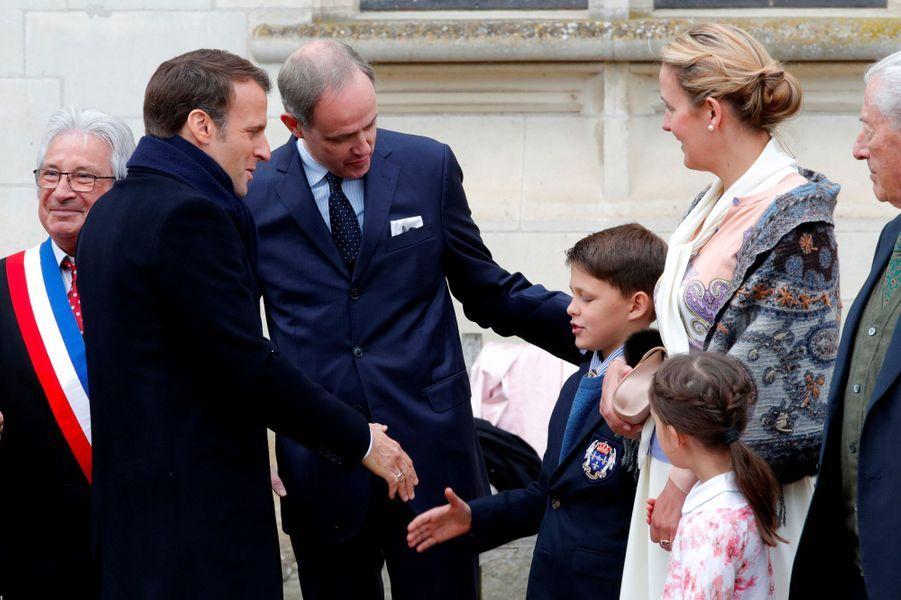 Emmanuel Macron salue le prince Gaston sous le regard de Jean d'Orléans, jeudi à Amboise.