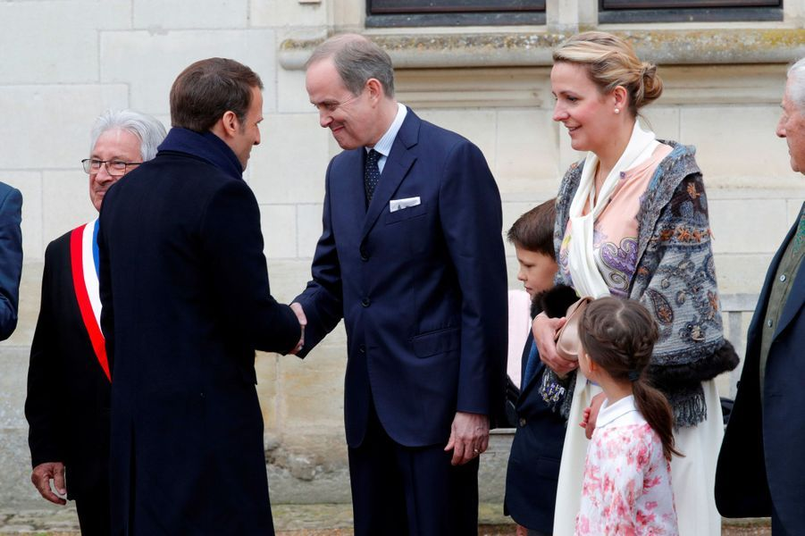 Emmanuel Macron serre la main du Comte de Paris, jeudi à Amboise.