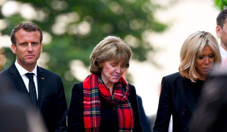 Emmanuel et Brigitte Macron entourent Dominique Boulard, lundi.