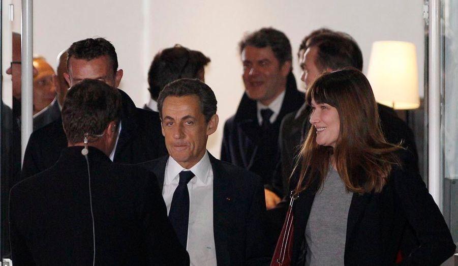 Nicolas Sarkozy quitte les plateaux, en compagnie de son épouse, Carla Bruni-Sarkozy.