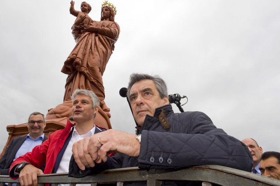 Francois Fillon et Laurent Wauquiez posent devantla statue de la Vierge du Puy-en-Velay.