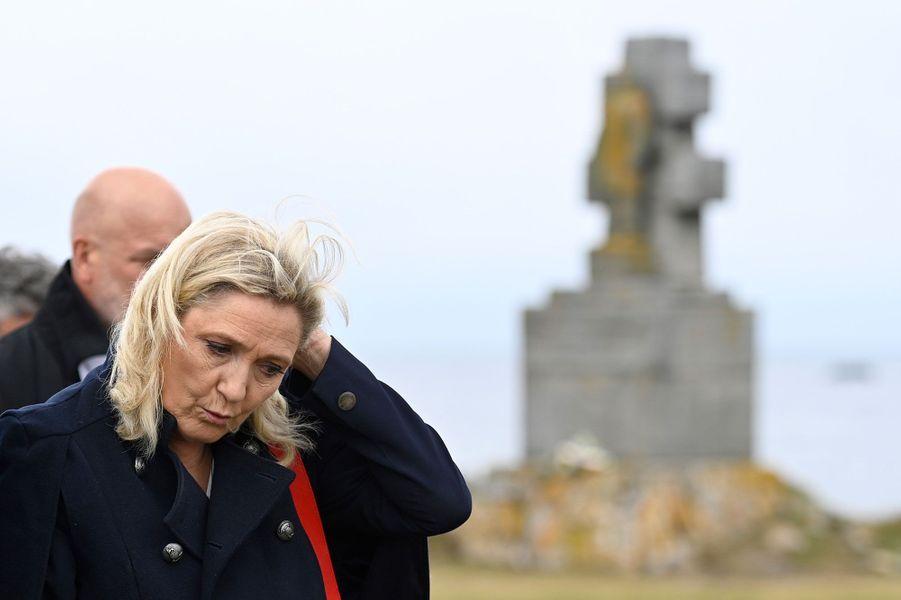 Marine Le Pen devant le monument des Forces navales françaises libres, sur l'île de Sein, mercredi.