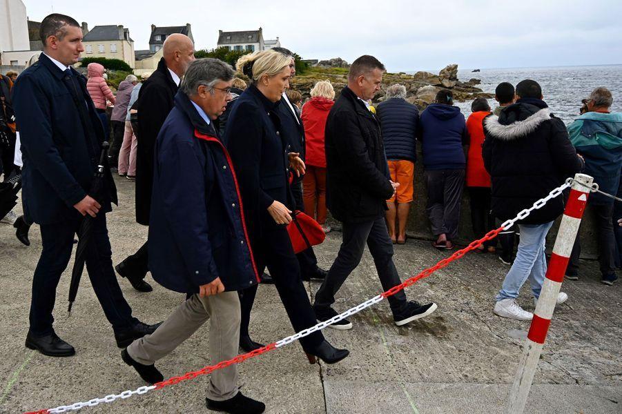 Marine Le Pen quitte l'île de Sein sous les huées de certains habitants, mercredi.