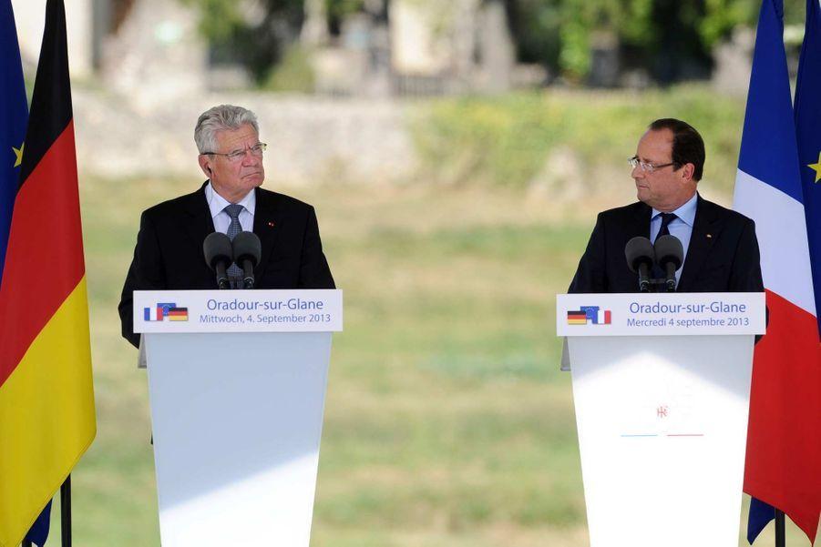«Vous êtes la dignité de l'Allemagne d'aujourd'hui, capable de regarder en face la barbarie nazie d'hier», a dit François Hollande à son hôte. «L'amitié entre nos deux pays est un défi à l'Histoire mais aussi un exemple pour le monde», a-t-il souligné, à l'approche des cérémonies du centenaire de la Guerre 1914-18.