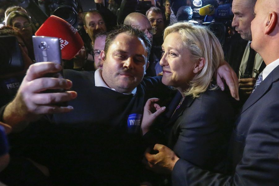Marine Le Pen (42,23 %), à Hénin-Beaumont, le 13 décembre.Une baronne est née. Elle voulait un fief. Mais rien qu'un fief. En cas de retour de son parti au pouvoir, Valérie Pécresse a déjà annoncé qu'elle refuserait tout ministère. Sa ténacité pour les régionales offre à la droite son plus beau succès : l'Ile-de-France, la « région capitale » avec ses 12 millions d'habitants. Son basculement et celui de la Normandie ont transformé la soirée électorale. Toutes les ambitions des Républicains n'ont pas été satisfaites, mais avec sept régions contre cinq aux socialistes, ils sont les vainqueurs d'élections qui ne leur avaient apporté qu'une seule présidence en 2010. Quant au FN, sa défaite évoque le jeu du qui perd gagne. Deux ans avant la présidentielle, Marine Le Pen a bouleversé les équilibres politiques.Sondage: En forte hausse, Hollande dépasse SarkozySix millions huit cent mille électeurs… et aucune région. Au soir du premier tour, Marion Maréchal-Le Pen et Marine Le Pen se voyaient déjà présidentes. La première en Paca et la seconde dans le Nord-Pas-de-Calais caracolaient avec respectivement 40,55 % et 40,64 % des voix, devant Christian Estrosi, 26,48 %, et Xavier Bertrand, 24,97 %. Un score amélioré la semaine suivante mais insuffisant pour faire le poids. Jusqu'au bout, dans ces territoires touchés par un chômage de masse, le duel aura été rude. Le report des voix socialistes en faveur des Républicains a fait basculer la tendance. Un mécanisme d'alliance auquel le FN refuse d'adhérer. Mais qui, en démocratie, permet d'emporter la victoire : la majorité des Français a dit non à l'extrême droite.