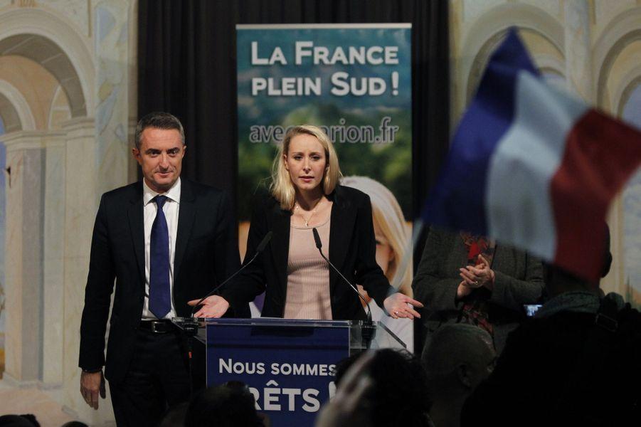Marion Maréchal-Le Pen (45,22 %) dans son QG de la Timone, à Marseille, le 13 décembre. A gauche, Stéphane Ravier, sénateur FN des Bouches-du-Rhône et maire du VIIe secteur de Marseille.Une baronne est née. Elle voulait un fief. Mais rien qu'un fief. En cas de retour de son parti au pouvoir, Valérie Pécresse a déjà annoncé qu'elle refuserait tout ministère. Sa ténacité pour les régionales offre à la droite son plus beau succès : l'Ile-de-France, la « région capitale » avec ses 12 millions d'habitants. Son basculement et celui de la Normandie ont transformé la soirée électorale. Toutes les ambitions des Républicains n'ont pas été satisfaites, mais avec sept régions contre cinq aux socialistes, ils sont les vainqueurs d'élections qui ne leur avaient apporté qu'une seule présidence en 2010. Quant au FN, sa défaite évoque le jeu du qui perd gagne. Deux ans avant la présidentielle, Marine Le Pen a bouleversé les équilibres politiques.Sondage: En forte hausse, Hollande dépasse SarkozySix millions huit cent mille électeurs… et aucune région. Au soir du premier tour, Marion Maréchal-Le Pen et Marine Le Pen se voyaient déjà présidentes. La première en Paca et la seconde dans le Nord-Pas-de-Calais caracolaient avec respectivement 40,55 % et 40,64 % des voix, devant Christian Estrosi, 26,48 %, et Xavier Bertrand, 24,97 %. Un score amélioré la semaine suivante mais insuffisant pour faire le poids. Jusqu'au bout, dans ces territoires touchés par un chômage de masse, le duel aura été rude. Le report des voix socialistes en faveur des Républicains a fait basculer la tendance. Un mécanisme d'alliance auquel le FN refuse d'adhérer. Mais qui, en démocratie, permet d'emporter la victoire : la majorité des Français a dit non à l'extrême droite.