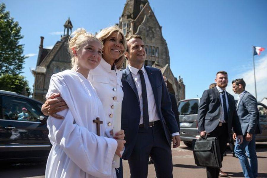 Emmanuel Macron et son épouse pose avec une jeune communiante après avoir été voté.