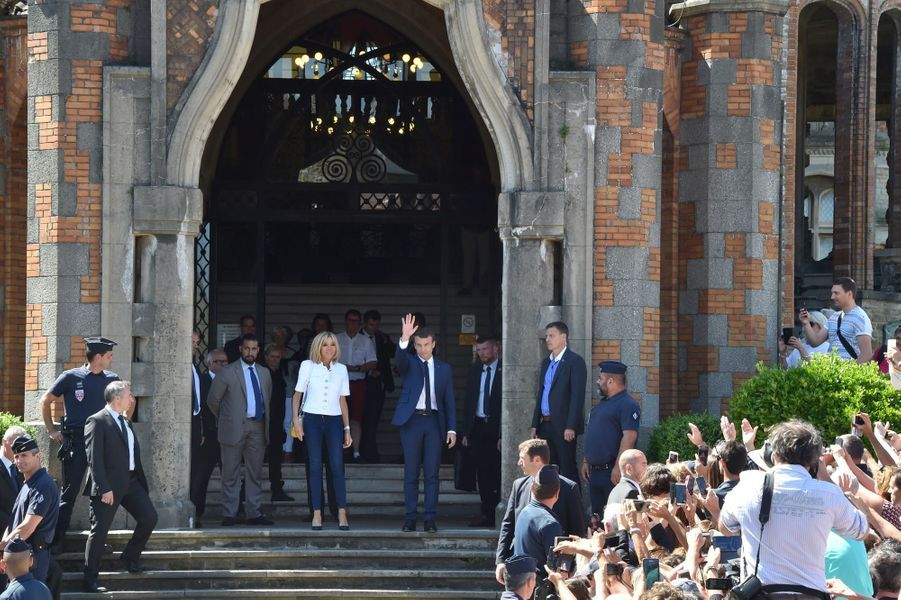 Emmanuel Macron et son épouse Brigitte à la mairie du Touquet dimanche.