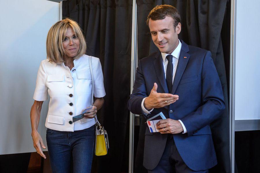 Emmanuel Macron et son épouse Brigitte votent à la mairie du Touquet.