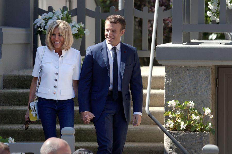 Emmanuel Macron et son épouse Brigitte quittent leur résidence pour aller voter au premier tour des législatives.