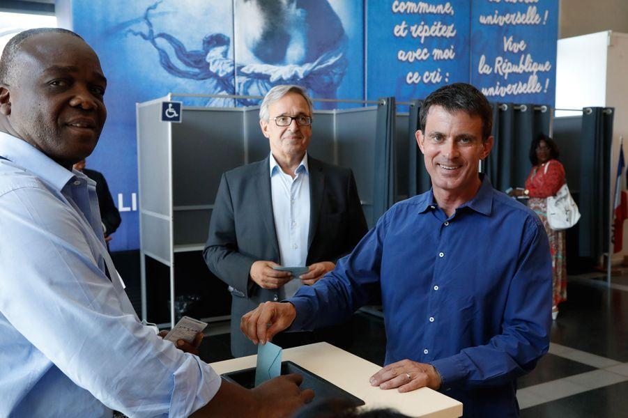 Manuel Valls votant à Evry.