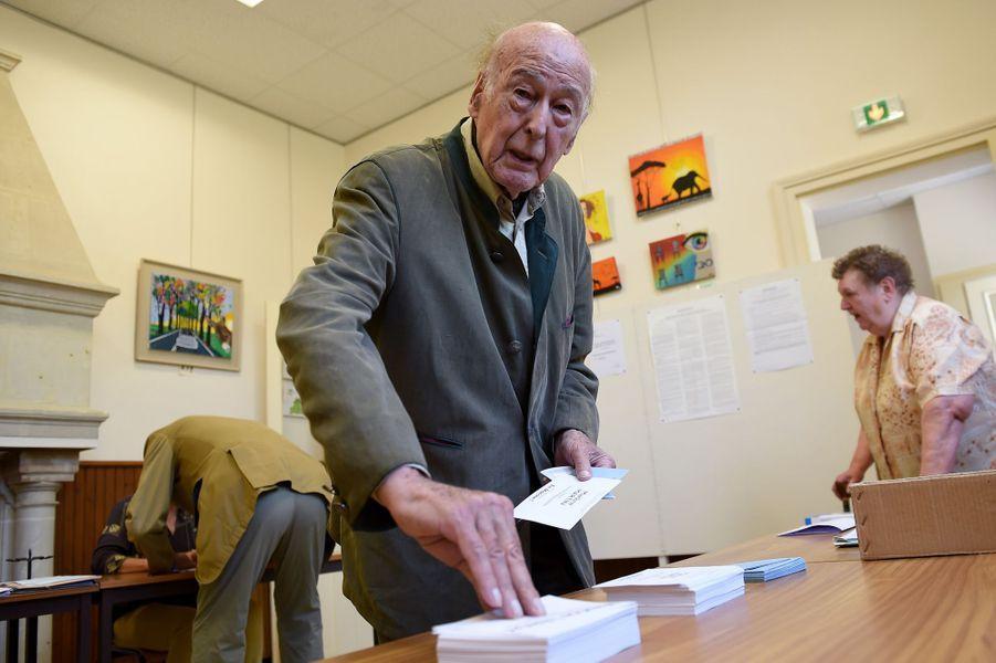 L'ex-président de la République a voté à Authon, dans le Loir-et-Cher.