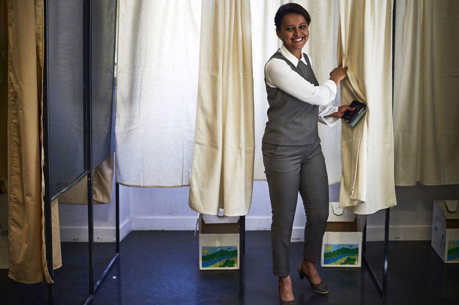 Najat Vallaud-Belkacem , candidate dans la sixième circonscription du Rhône, dans un bureau de vote deVilleurbanne.
