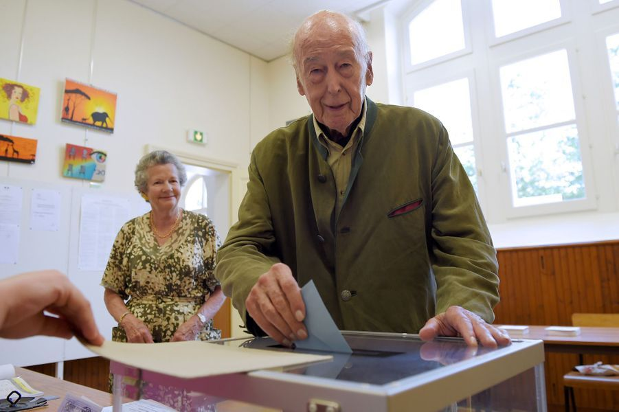 Valery Giscard d'Estaing et son épouse Anne-Aymone votent à Authon.
