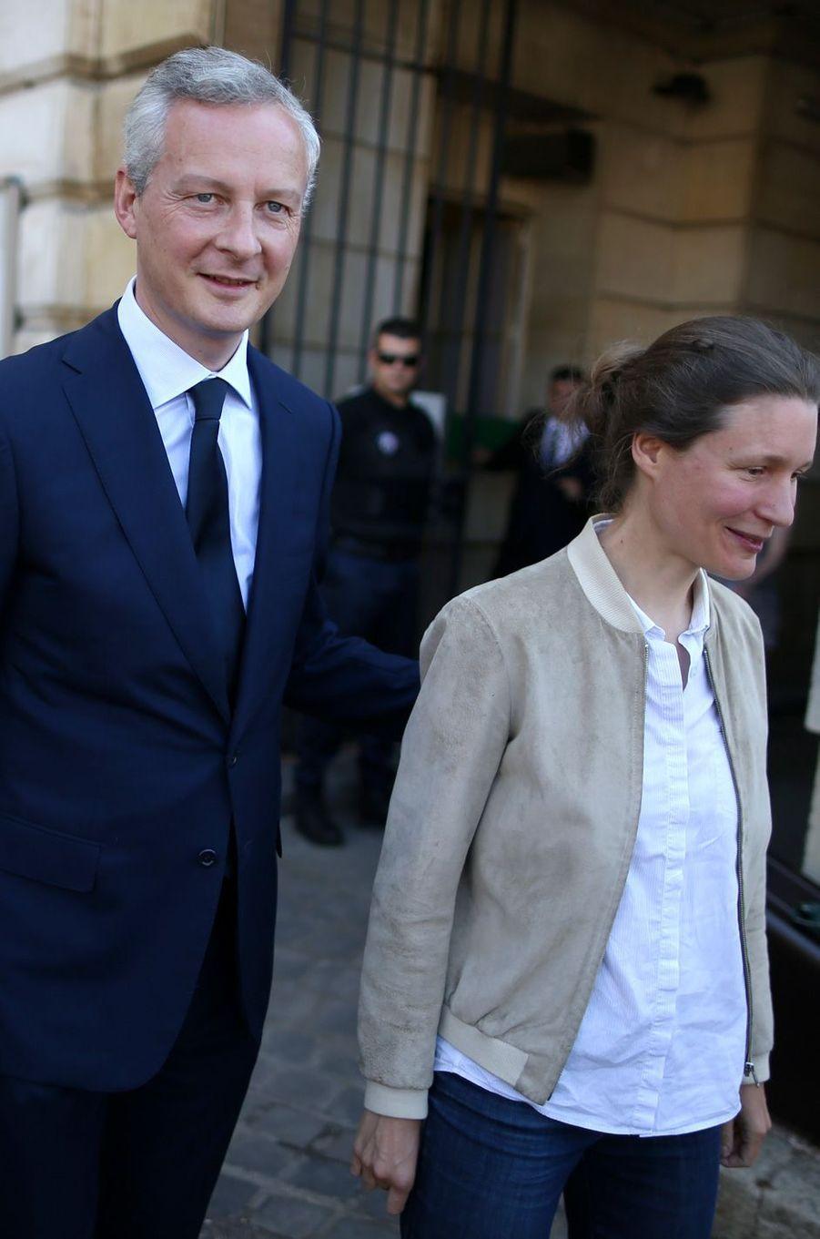 Bruno Le Maire et son épouse Pauline Doussau de Bazignan ont voté à Evreux.