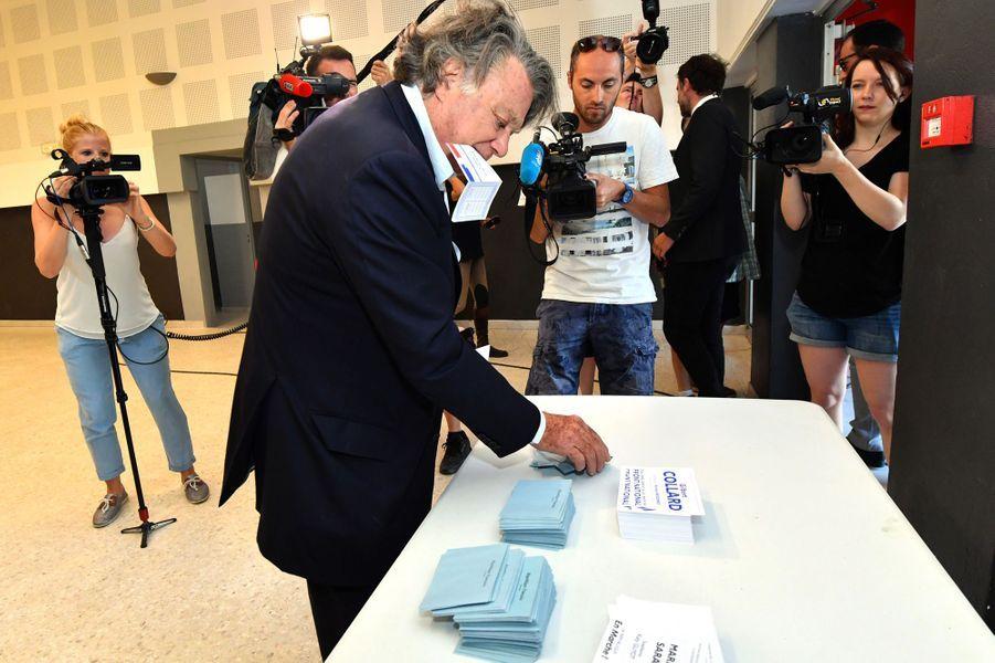 Gilbert Collard, député FN sortant et candidat dans la deuxième circonscription du Gard, a voté àGallician.