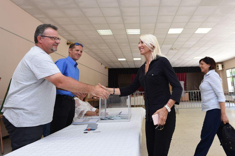 Marie Sara, rivale de Gilbert Collard dans le Gard, a voté à Generac.