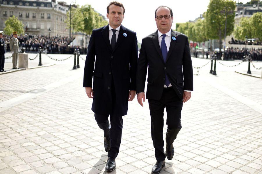 François Hollande et Emmanuel Macron, à peine élu,assistent ensemble aux cérémonies du 8 mai