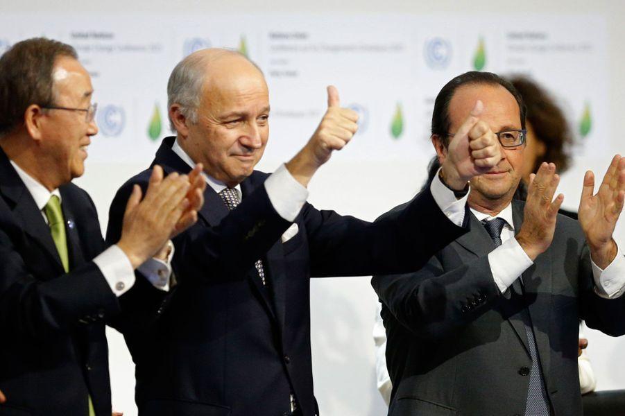 9. La COP 21 et un accord historique pour le climatBan Ki-moon, Laurent Fabius et Francois Hollande, le 12 décembre 2015 au Bourget lors de la signature de l'accord de Paris sur le climat.
