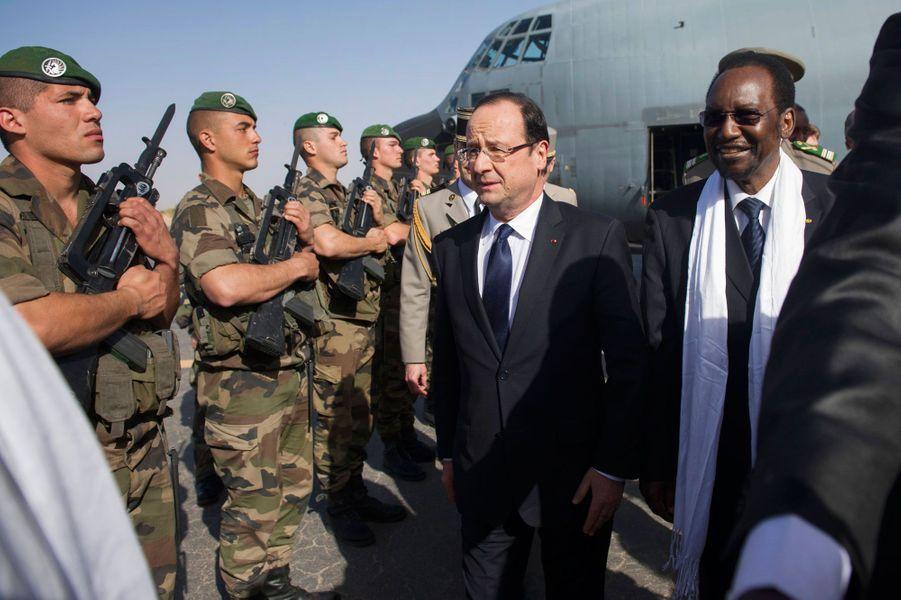 3. Les interventions militairesLe 2 février 2013,François Hollande est en visite au Mali avec le président par intérimDioncounda Traore, dans le cadre du début de l'intervention française contre les groupes islamistes armés occupant depuis des mois le nord du pays. «Je viens sans doute de vivre la journée la plus importante de ma vie politique», déclare-t-il ce jour-là.