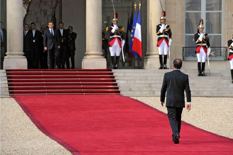 2. La passation de pouvoirLa passation de pouvoir entre le président sortant Nicolas Sarkozy et son successeur François Hollande à l'Elysée, le 15 mai 2012.