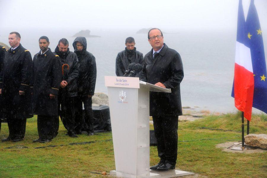 5. Pluies et délugeFrançois Hollande sous le déluge, le 25 août 2014, lors d'une cérémonie sur l'île de Sein.