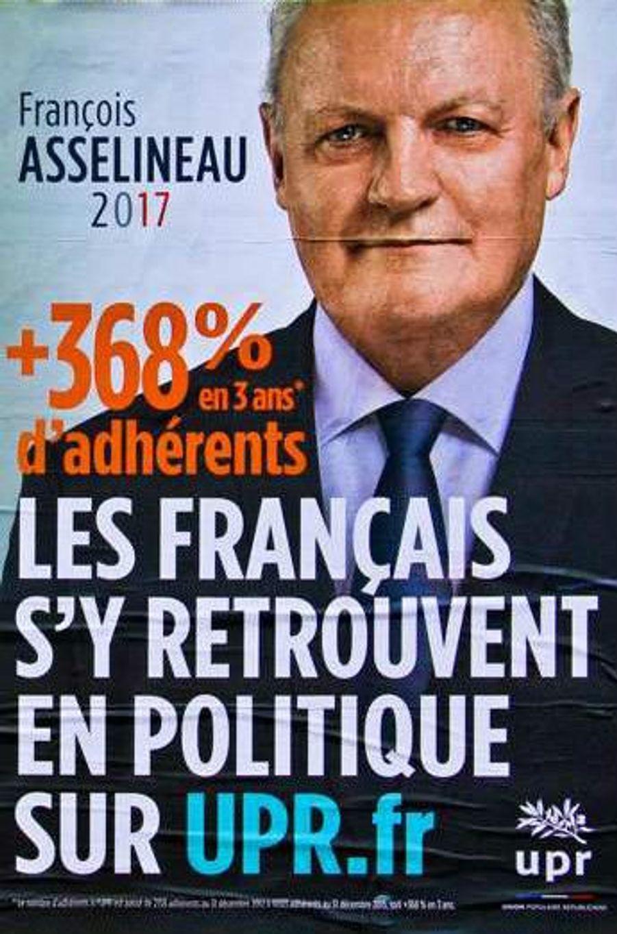 Enfin, sans doute l'une des affiches les plus présentes à Paris : celle de François Asselineau, le candidat-surprise de l'UPR.