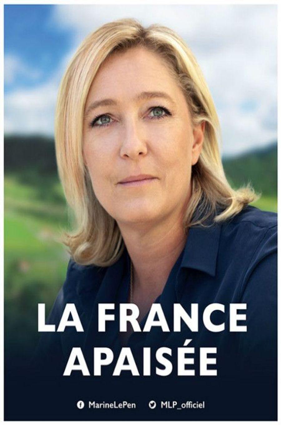 Marine Le Pen aussi joue la carte de l'apaisement, terme central de son slogan de campagne. Derrière la candidate souriante, les yeux levés vers le ciel, des pâturages verdoyants et un ciel ensoleillé.