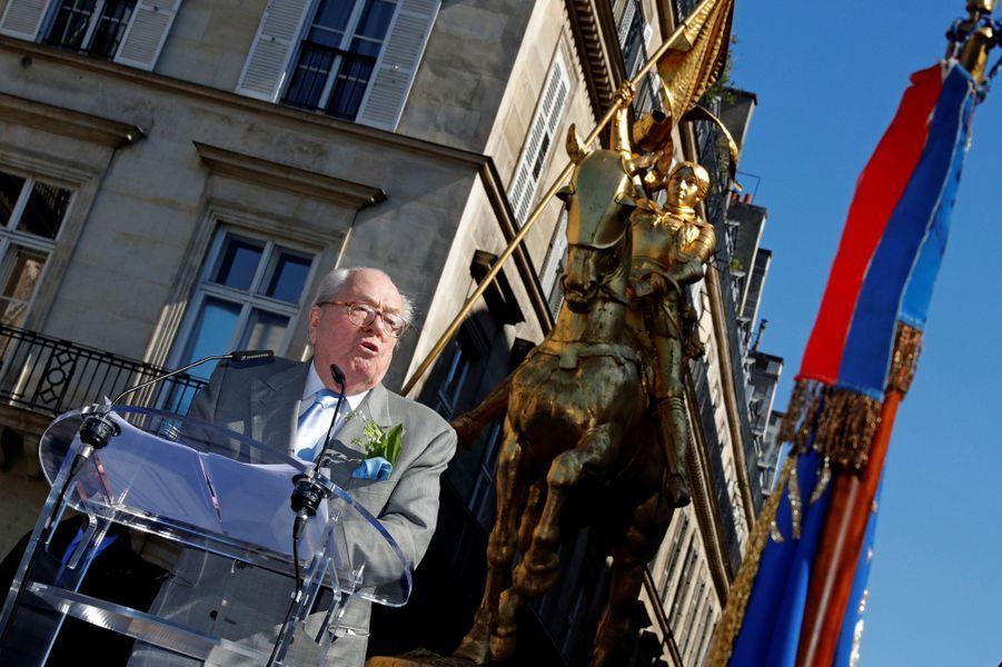 Jean-Marie Le Pen a rendu hommage à Jeanne d'Arc à Paris, le 1er mai 2016.