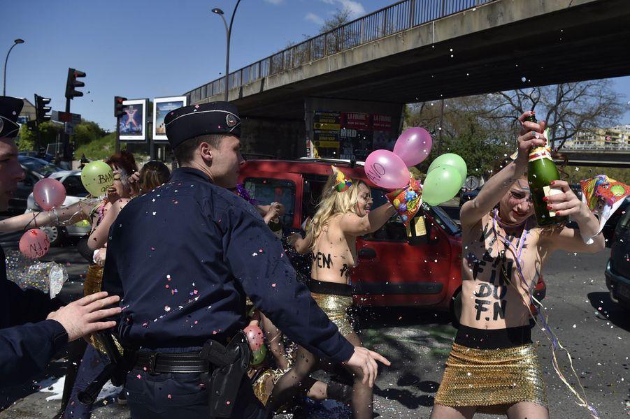 Les Femen interpellées après une opération menée devant le banquet du FN à Paris, le 1er mai 2016.