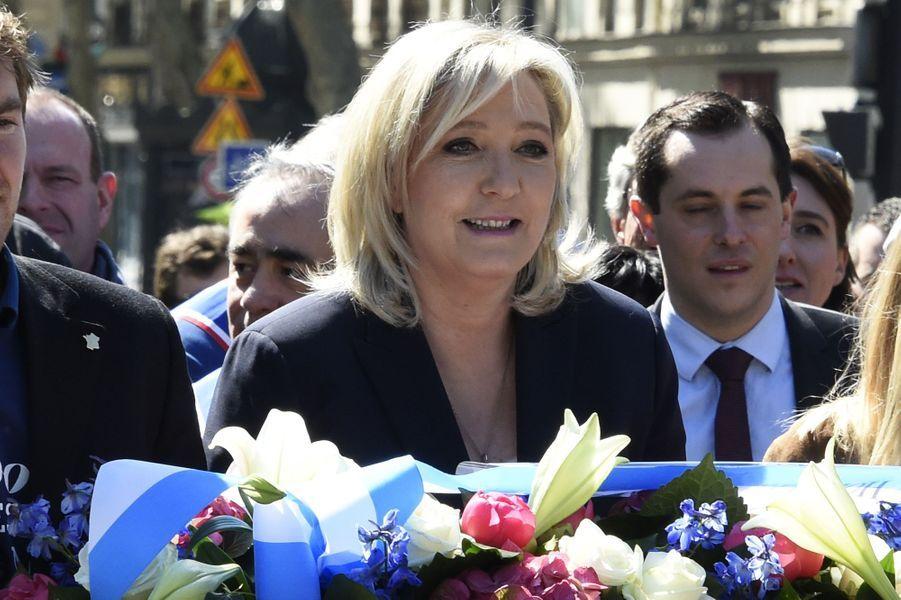 Marine Le Pen à l'hommage du FN à Jeanne d'Arc, le 1er mai 2016.