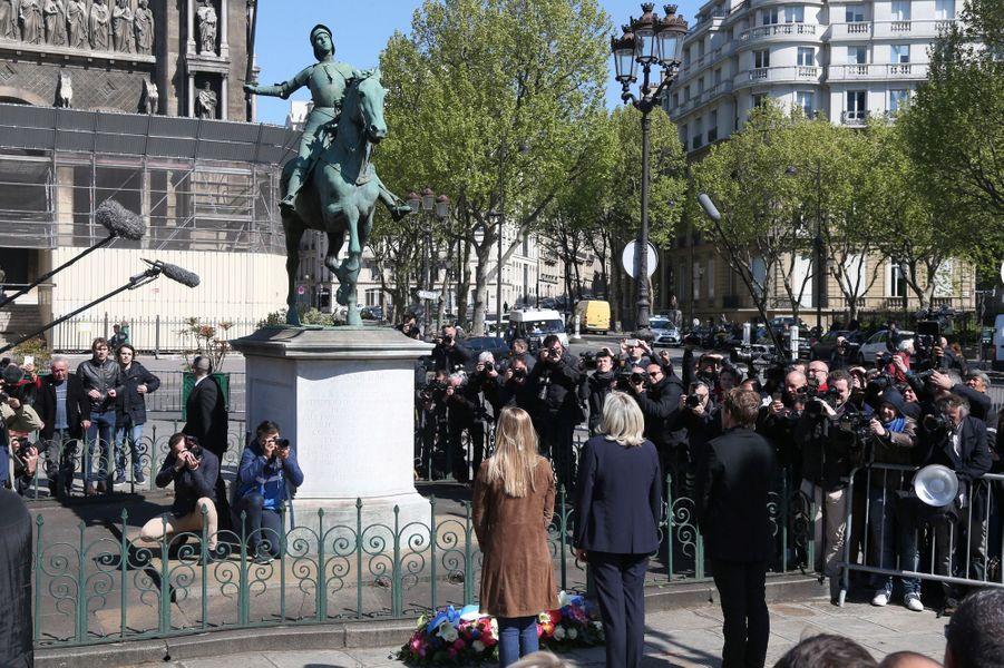 Marine Le Pen et Marion Maréchal-Le Pen à l'hommage du FN à Jeanne d'Arc, le 1er mai 2016.