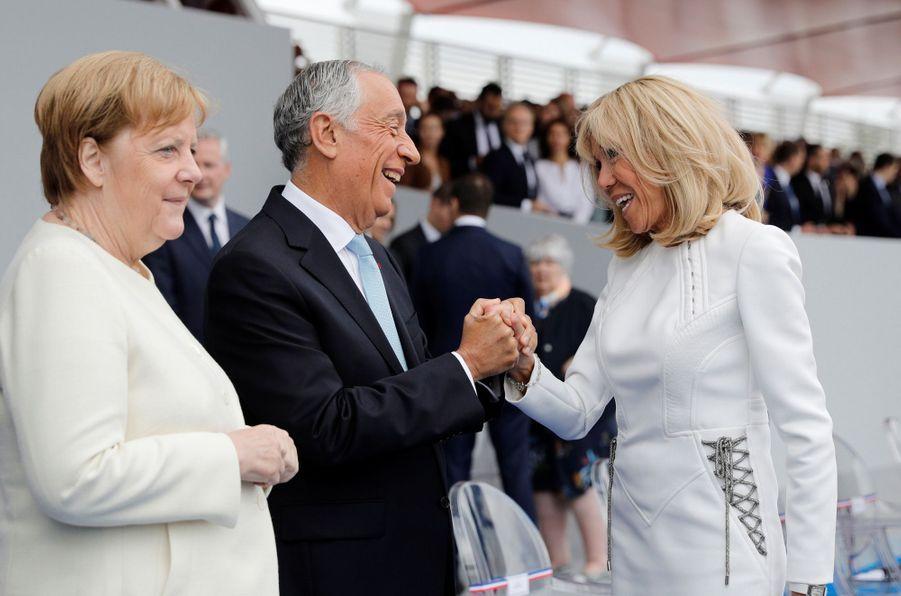 Le président portugais Marcelo Rebelo de Sousa saluant la Première dame.
