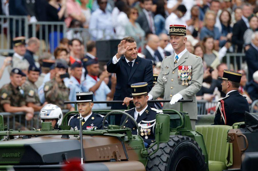 Emmanuel Macron, aux côtés de François Lecointre, passe en revueles troupes sur les Champs-Elysées.