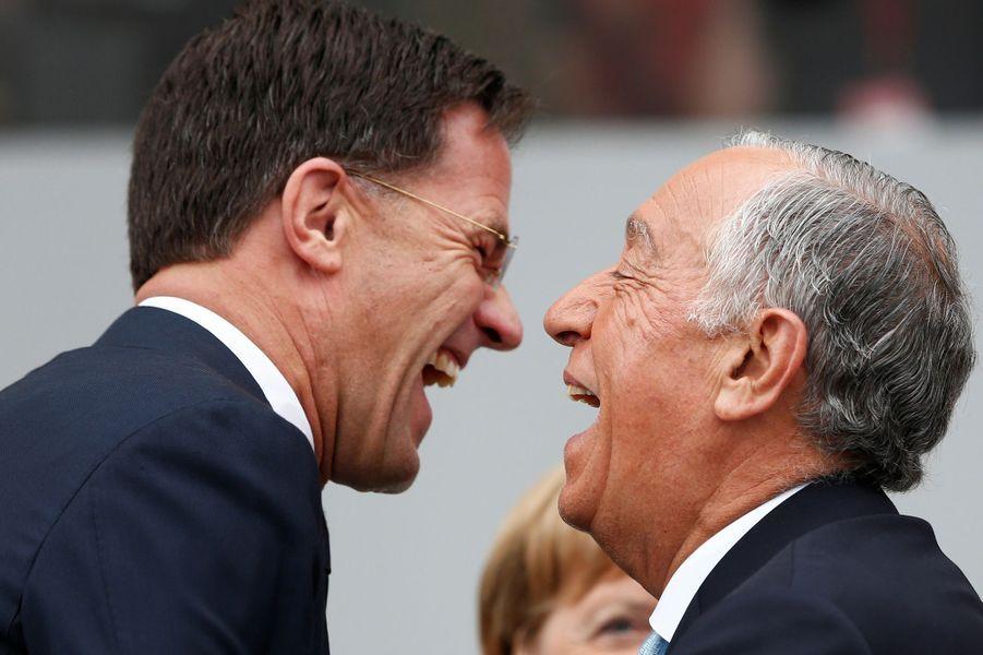 Le Premier ministre des Pays-Bas Mark Rutte plaisante avec le président du Portugal Marcelo Rebelo de Sousa.