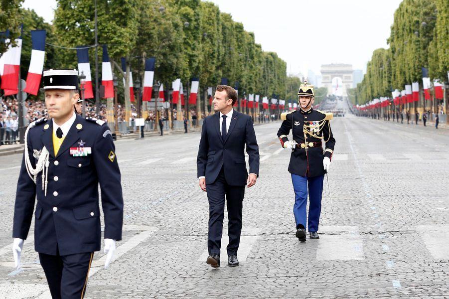 Emmanuel Macron passe en revue les troupes sur les Champs- Elysées