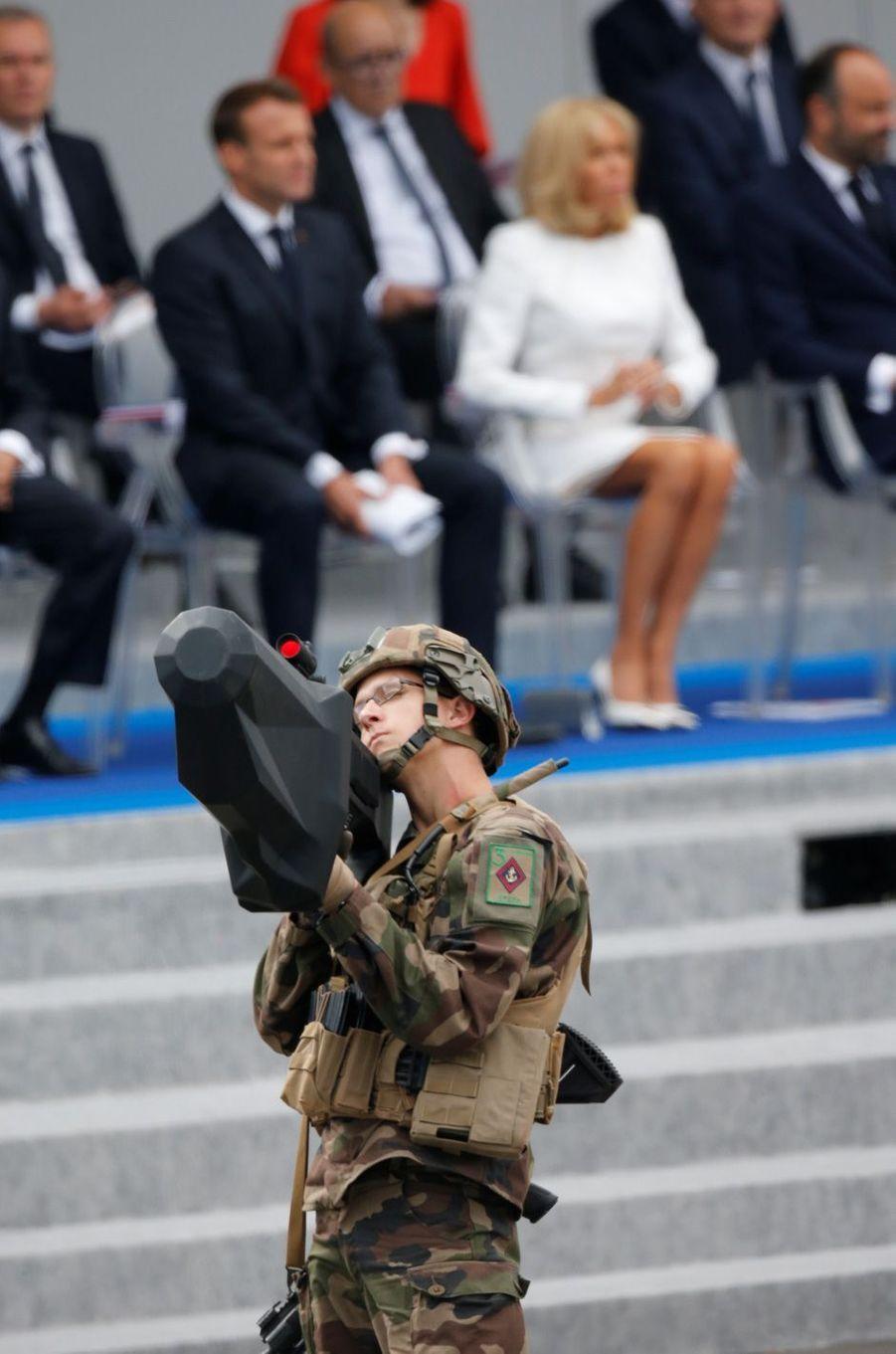 Le premier tableau du défilé est consacré à l'innovation de défense. Ici un soldat avec un fusil anti-drone.