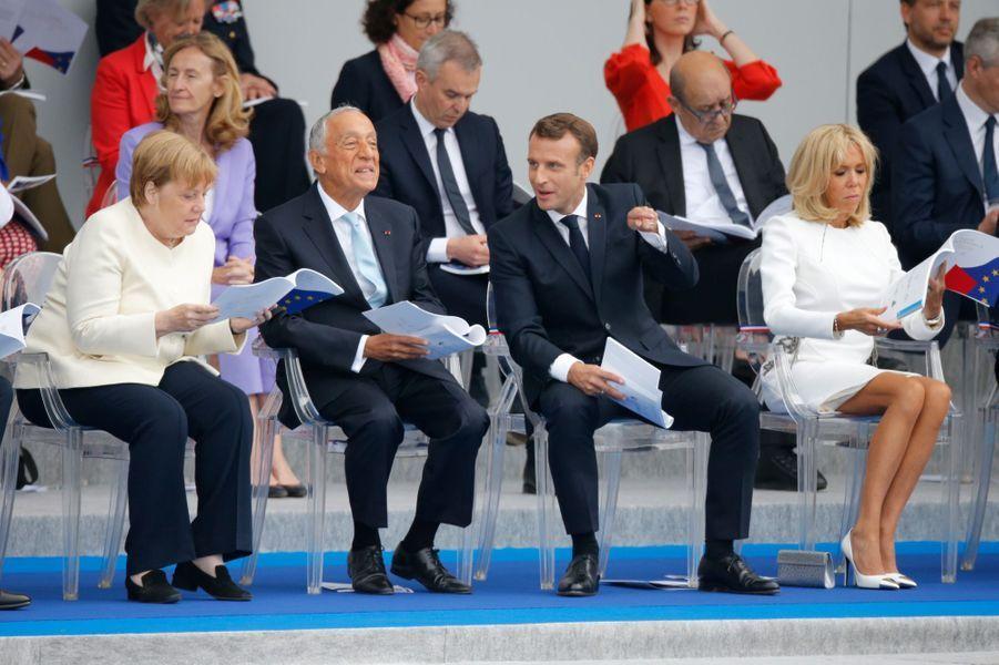 Emmanuel Macron suit le défilé aux côtés d'Angela Merkel, de Marcelo Rebelo de Sousa et de son épouse Brigitte.