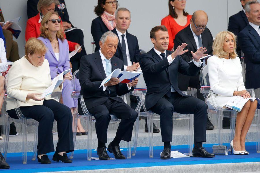 Emmanuel Macron suit le défilé aux côtés d'Angela Merkel, deMarcelo Rebelo de Sousa et de son épouse Brigitte.