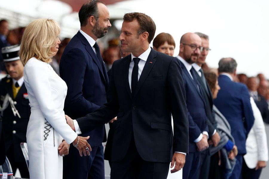Emmanuel Macron salue son épouse Brigitte.