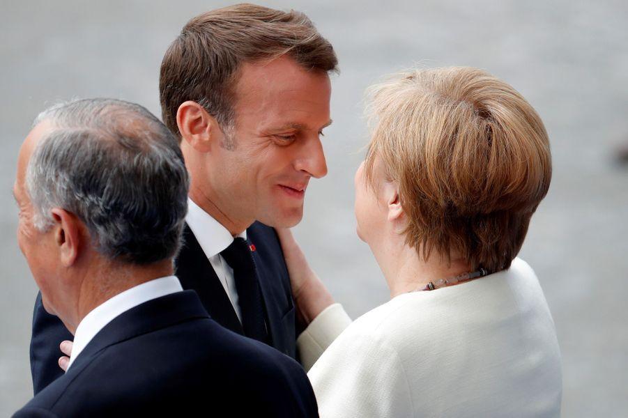 Le chef de l'Etat français salue Angela Merkel.