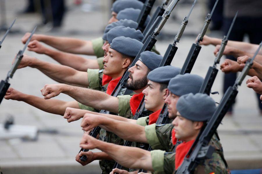 Des soldats espagnols défilent sur les Champs-Elysées.