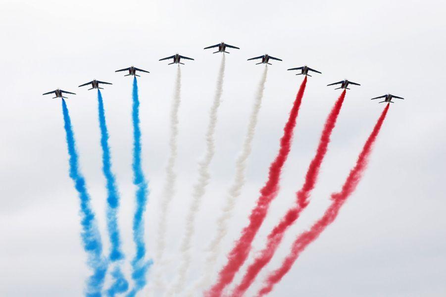 La patrouille de France ouvre le défilé aérien.