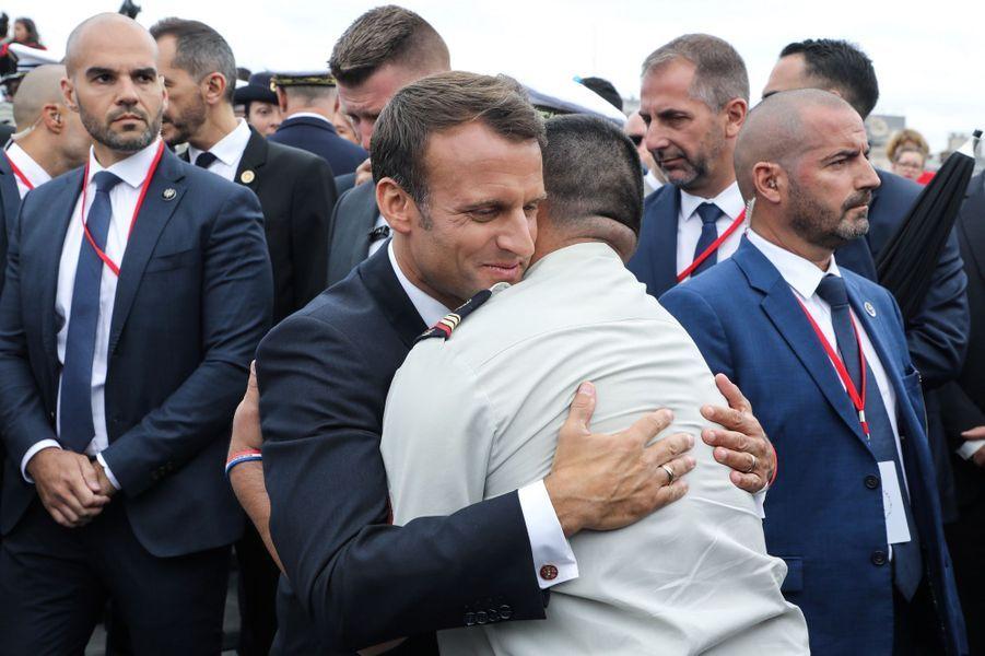 Emmanuel Macron retrouve un soldat français blessé.