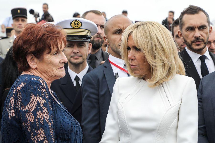 Brigitte Macron rencontre des soldats et leurs proches.
