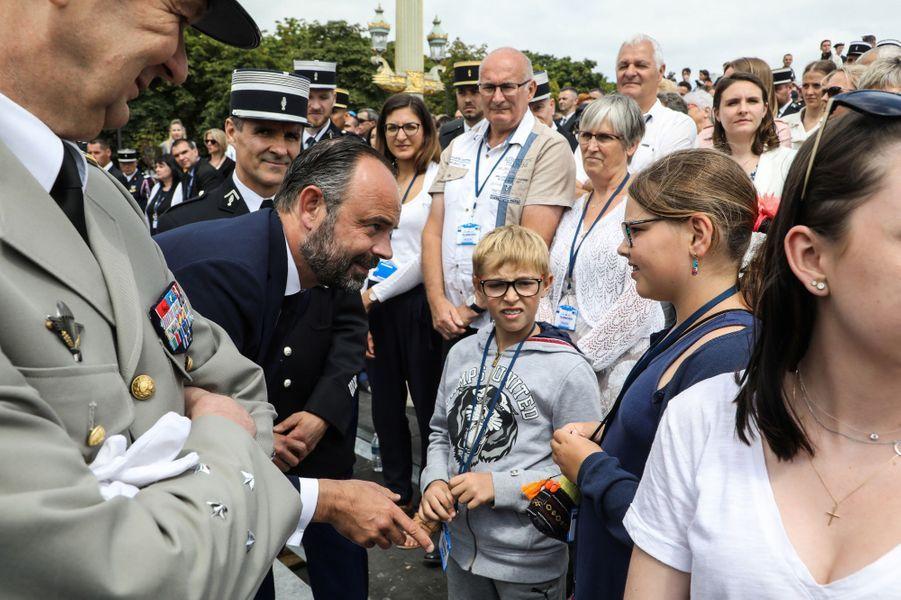Après le défilé, le Premier ministre à la rencontre de proches des soldats.
