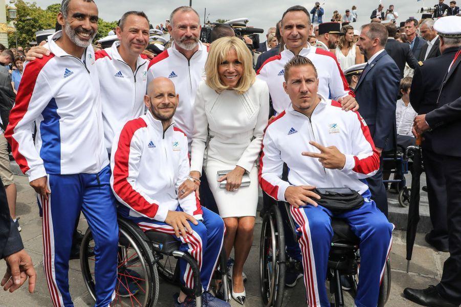 Brigitte Macron en compagnie desportifs blessés.