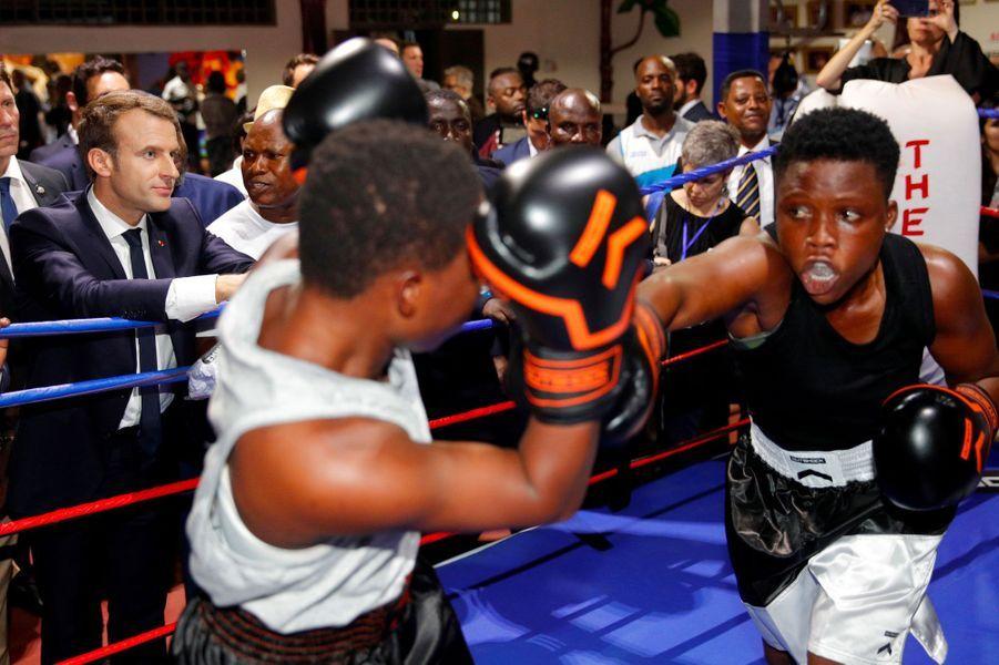 Emmanuel Macron assiste à un combat de boxe lors d'une visite dans un centre sportif à Accra, au Ghana, le 30 novembre 2017.