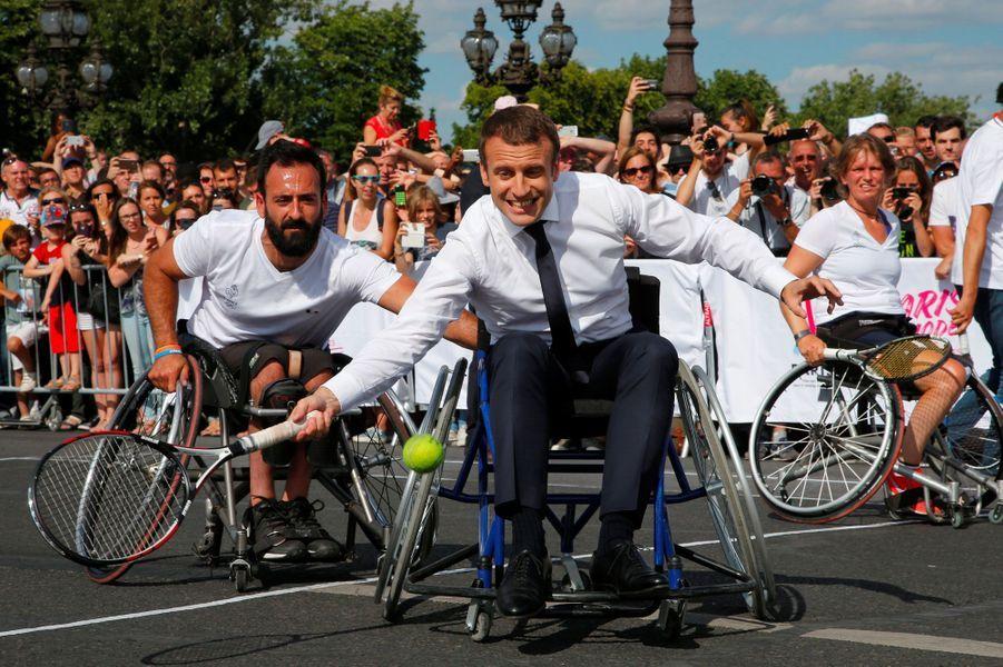 Emmanuel Macron s'essaie au handisport le 24 juin 2017, lors d'une visite de soutien à la candidature de Paris pour les Jeux olympiques de 2024.