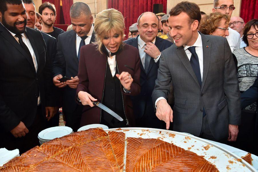 Le 12 janvier 2018, Emmanuel et Brigitte Macron coupent la galette des rois à l'Elysée.